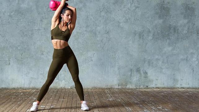 routine di perdita di peso femminile in palestra